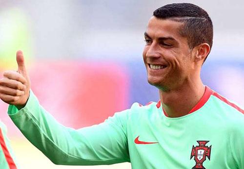 Ronaldo miễn cưỡng trả lời họp báo sau trận thắng Nga