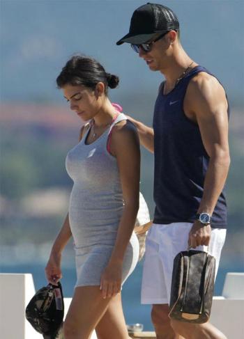 Bạn gái Ronaldo bị nghi mang thai bé gái