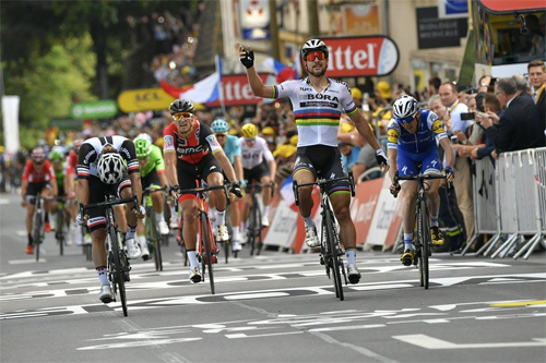 """""""Người khổng lồ xanh"""" đua nước rút ngoạn mục ở chặng 3 Tour de France 2017"""
