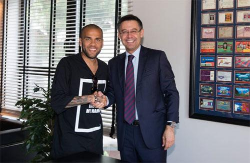 """Dani Alves cáo buộc Chủ tịch Barca là """"kẻ nói dối"""""""
