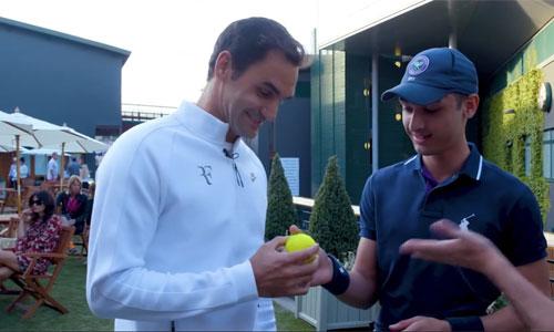 Federer lấy lại quả bóng kỷ niệm từ cậu bé nhặt bóng