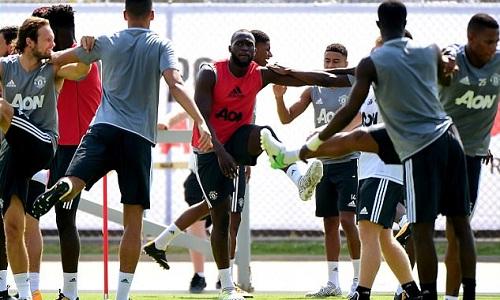 Lukaku khống chế bóng vụng về trong buổi tập ở Man Utd