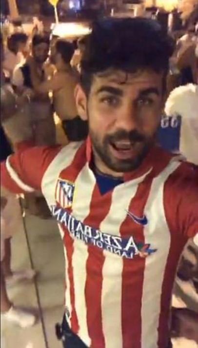 Costa mặc áo Atletico, châm chọc Conte