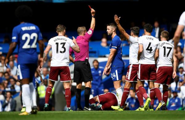 Thẻ đỏ của Gary Cahill khiến Chelsea nhanh chóng vỡ trận ở hiệp một. Ảnh:Reuters.