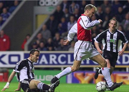 Kiệt tác của Bergkamp đứng đầu lịch sử Ngoại hạng Anh