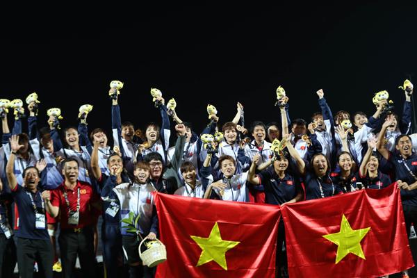 Đánh bại chủ nhà Malaysia 6-0 ở trận cuối, thầy trò HLV Mai Đức Chung chiếm ngôi đầu bảng từ tay kình địch Thái Lan.