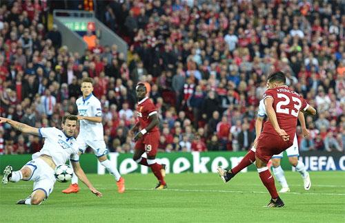 Ghi ba bàn trong 21 phút, Liverpool dự vòng bảng Champions League