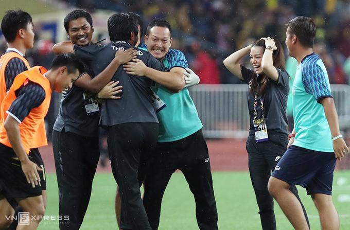 Nữ trưởng đoàn Thái Lan nức nở khi đoạt HC vàng