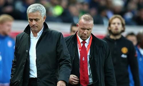 Mourinho từ chối bắt tay HLV Stoke, bỏ họp báo sau trận