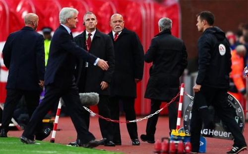 Mark Hughes tiết lộ lý do bị Mourinho từ chối bắt tay