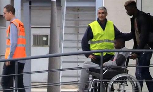 Dembele ngồi xe lăn khi tới Phần Lan chuẩn bị phẫu thuật