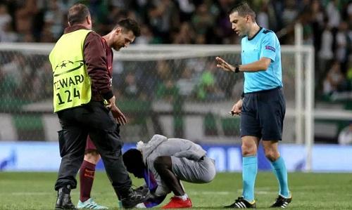 CĐV lao xuống sân, hôn chân Messi