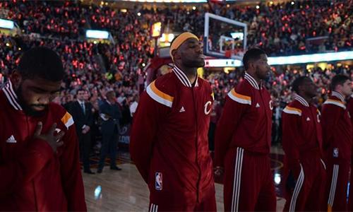 NBA ra luật cấm các cầu thủ quỳ gối khi hát quốc ca