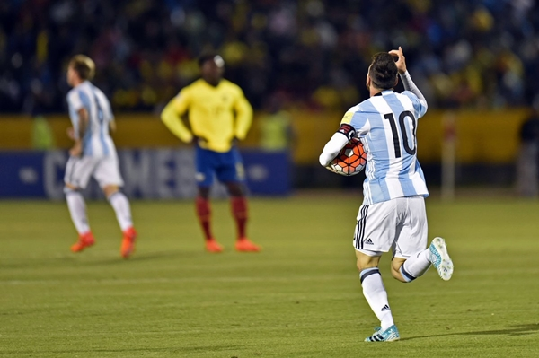 messi-lap-hattrick-argentina-gianh-ve-du-world-cup-page-2