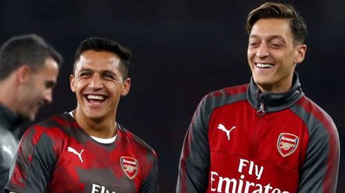 Mertesacker cạnh khóe Sanchez và Ozil