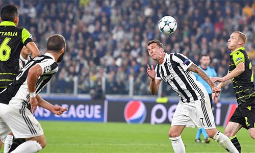 Juventus thắng chật vật để duy trì khoảng cách với Barca