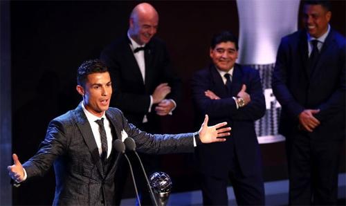 maradona-toi-dau-kho-khi-trao-giai-the-best-cho-ronaldo
