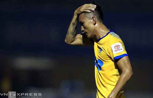 Cầu thủ Thanh Hóa khâu đầu năm mũi trong trận đấu ở V-League