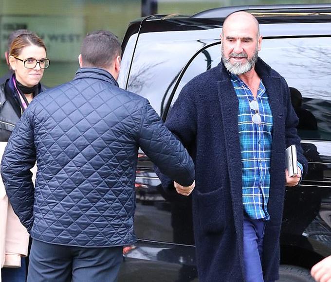 Cantona cắt đầu trọc để kỷ niệm 25 năm gia nhập Man Utd