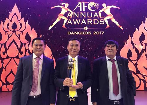 Ba phó Chủ tịch VFF nhận thưởng tại Gala.