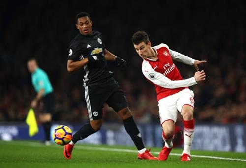 Koscielny (phải) mắc lỗi dẫn đến bàn thủng lưới đầu tiên của Arsenal.