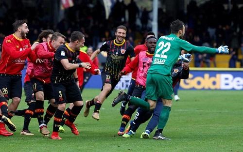 Milan bị thủ môn đối phương chọc thủng lưới phút bù giờ ở Serie A