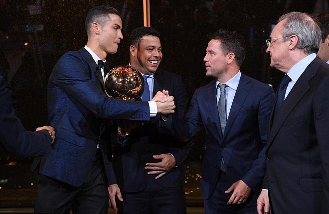 Ronaldo 'lên đỉnh' trên tháp Eiffel, chia vui cùng các huyền thoại Real