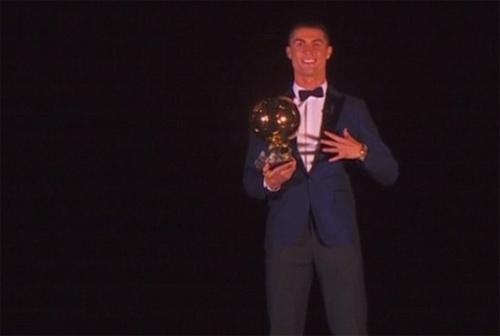 Ronaldo xuất sắc giành Quả Bóng Vàng, cân bằng kỷ lục của Messi