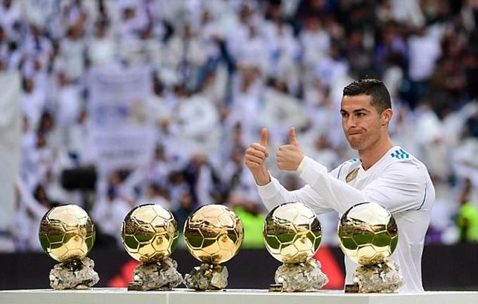 Ronaldo khoe năm Quả Bóng Vàng với khán giả sân Bernabeu