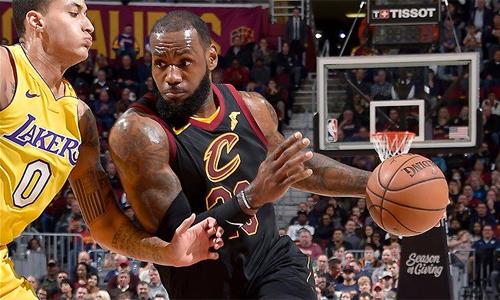 LeBron James thắng đàn em Lonzo Ball trong lần đầu chạm trán