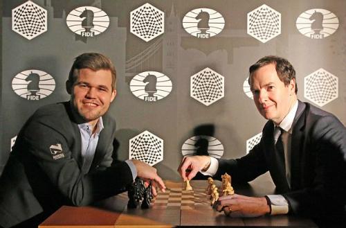 Carlsen (trái) đang chờ người thách đấu danh hiệu vô địch thế giới. Ảnh: World Chess.
