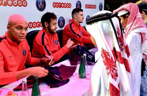 Neymar (giữa) đang cùng PSG có mặt tại Qatar thi đấu giao hữu và nghỉ đông. Ảnh: Reuters