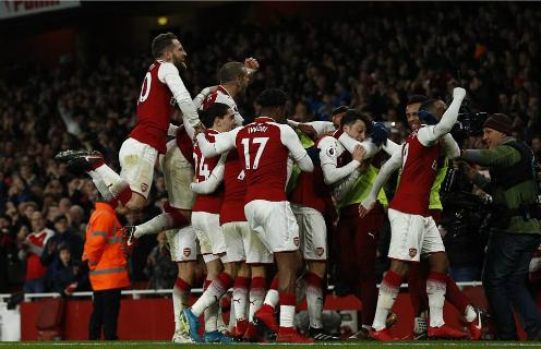 Cầu thủ Arsenal chia vui sau bàn thắng của Ozil. Ảnh: AFP.