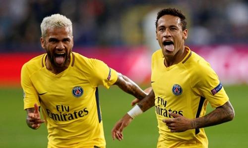 Alves và Neymar cư xử và được biệt đãi như ông hoàng tại Paris. Ảnh: Reuters.