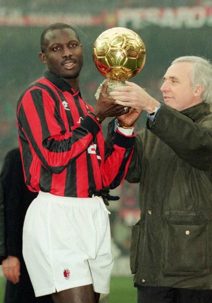 Weah nhận danh hiệu Quả bóng vàng 1995 khi khoác áo Milan. Ảnh:AFP.