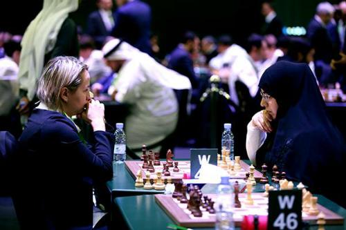 Các nữ kỳ thủ không phải mang khăn trùm khi thi đấu. Ảnh: FIDE.