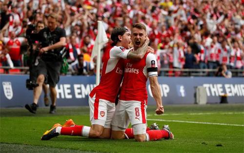 Ramsey (phải) đem lại FA Cup thứ ba trong vòng bốn năm cho Arsenal khi đánh bại Chelsea 2-1.