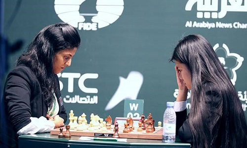 Thảo Nguyên (phải) đang gây bất ngờ ở giải cờ nhanh thế giới. Ảnh: FIDE.