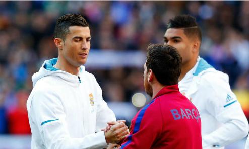 Ronaldo bắt tay Messi trong trận El Clasico. Ảnh: AFP.
