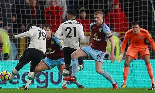 Cú đá của Mane đưa Liverpool vượt lên. Ảnh: Reuters.