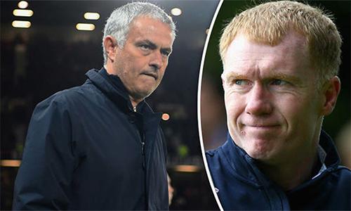 Mourinho cay cú vì những bình luận của Scholes và nhân trận thắng Everton, đá trả mạnh mẽ. Ảnh: DE.