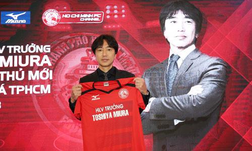 Sáng nay 5/1, HLV Toshiya Miura chính thức ra mắt vai trò HLV trưởng CLB TP HCM trong hai năm. Ảnh: Đức Đồng.