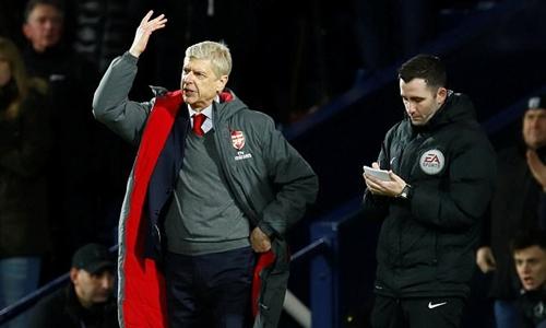 Wenger bị phạt vì những chỉ trích nhằm vào trọng tài Mike Dean. Ảnh: Reuters.
