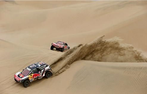 Những chiếc xe địa hình tăng tốc trên sa mạc ở Peru. Ảnh:Reuters.