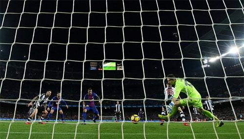 Paulinho đệm bóng một cách đơn giản sau quả tạt của Messi.