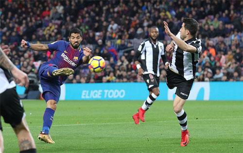 Suarez cũng sút vô lê để lập công.