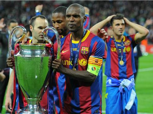 Abidal đeo băng đội trưởng Barca nâng cup vô địch Champions League 2011 khi đang điều trị ung thư. Ảnh:AFP.