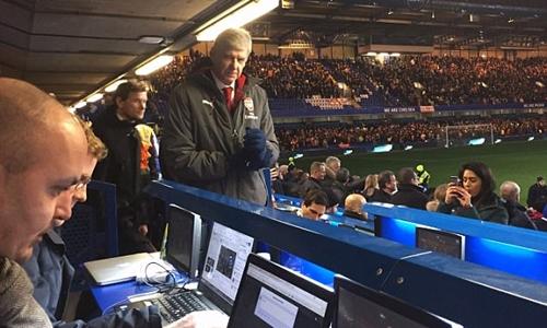 Các máy tính được bố trí xung quanh sân Stamford Bridge. Ảnh: PA.