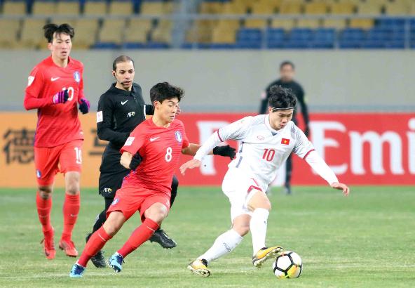 Công Phượng đi bóng trước cầu thủ U23 Hàn Quốc. Ảnh:Anh Khoa.