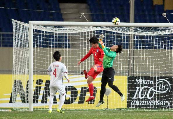 U23 Hàn Quốc giành chiến thắng với pha bóng bổng sở trường. Ảnh:Anh Khoa.
